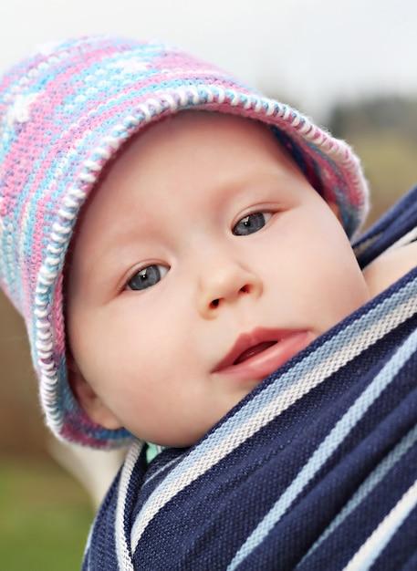 Nouveau-né en écharpe Photo Premium