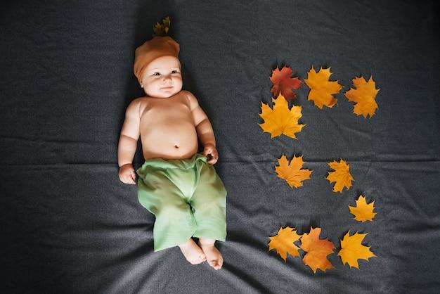 Le nouveau-né est le sommet de la vue. concept d'automne de l'enfant de cinq mois Photo Premium
