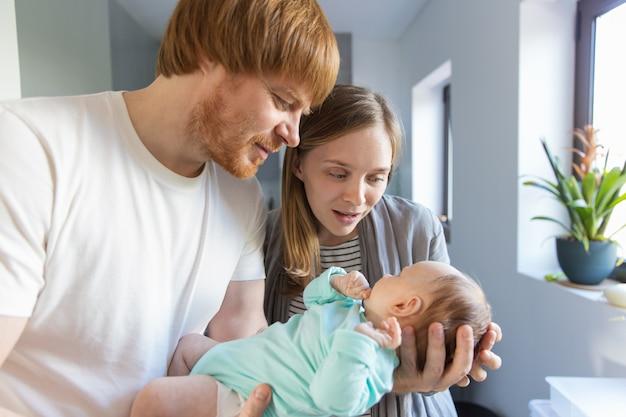 Nouveau Père Et Mère Tenant Et Câlin Bébé Photo gratuit