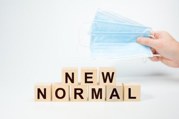 Nouveau Texte Normal Sur Cube En Bois Masque De Protection Médicale. Cubes En Bois Avec New Normal Photo Premium