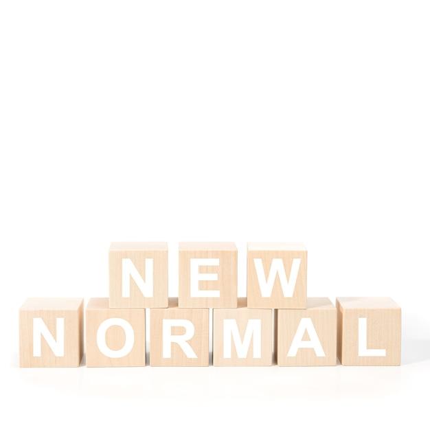 Nouveau Texte Normal Sur Un Cube En Bois. Nouvelle Vie Normale Après La Pandémie De Verrouillage De Covid-19 Avec Distanciation Sociale Photo Premium