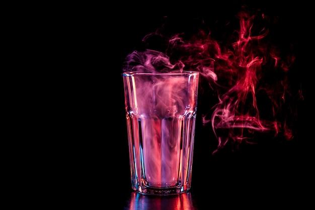 Nouveau verre avec une douce fumée pourpre multicolore Photo Premium