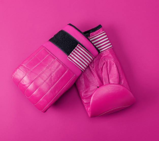 Nouveaux gants de boxe en cuir sport rose sur fond rose Photo Premium