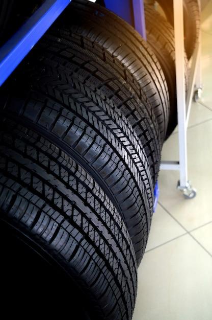 Nouveaux pneus qui sont stockés sur le plateau Photo Premium