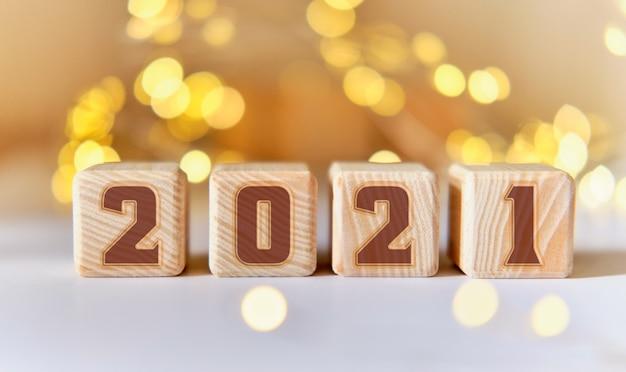 Nouvel An 2021 Sur Des Cubes En Bois. Lumières D'étoile Photo Premium