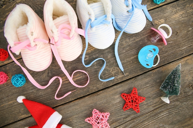 Nouvel An 2021 Lacets écrits De Chaussures Pour Enfants Et Sucette Sur Vieux Bois Photo Premium