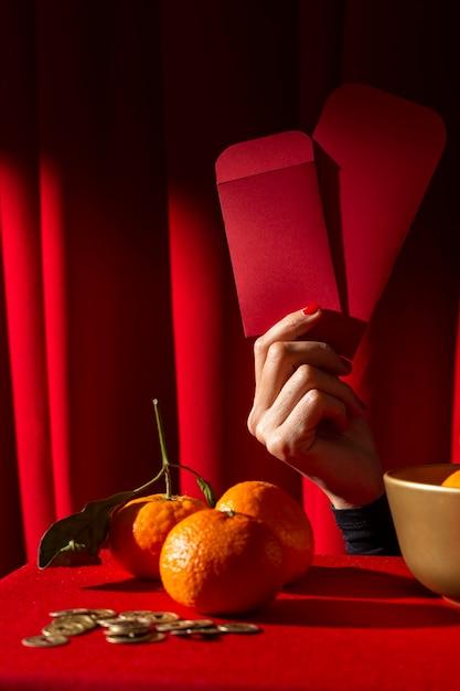 Nouvel An Chinois 2021 Tenant Des Enveloppes Rouges Photo gratuit