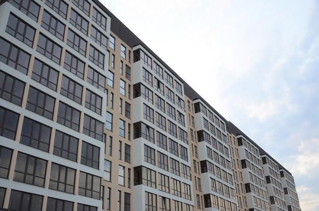 Nouvel immeuble résidentiel de plusieurs étages dans la rue Photo Premium