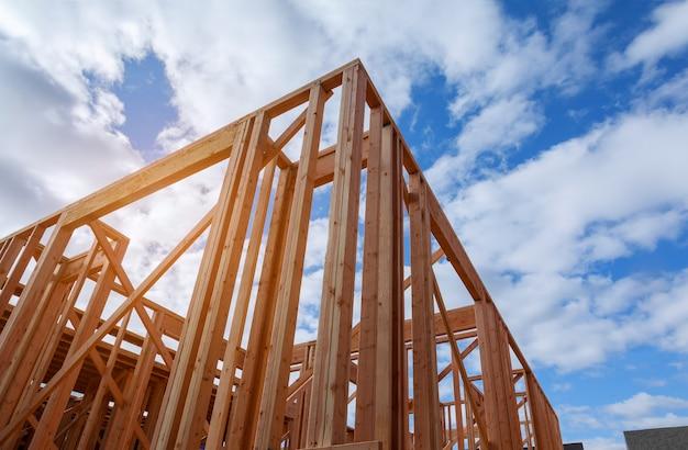 Nouvelle construction de maison de construction de poutre encadrée au sol Photo Premium