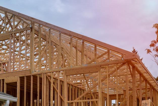 Nouvelle Construction De Maison Encadrant Contre Un Ciel Bleu Photo Premium
