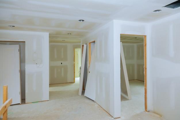 Nouvelle construction de la salle intérieure en placoplâtre Photo Premium