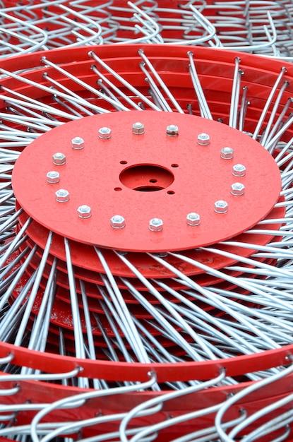 Nouvelle faneuse rouge pour remorque dans les machines agricoles pour ramasser le foin. fermer Photo Premium