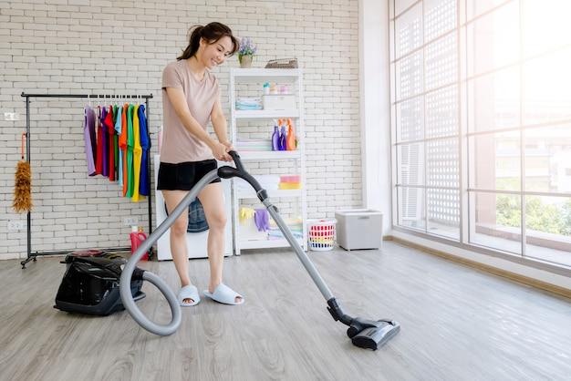Nouvelle Femme De Chambre Se Battre Pour Nettoyer La Maison, Laver Les Vêtements Photo Premium