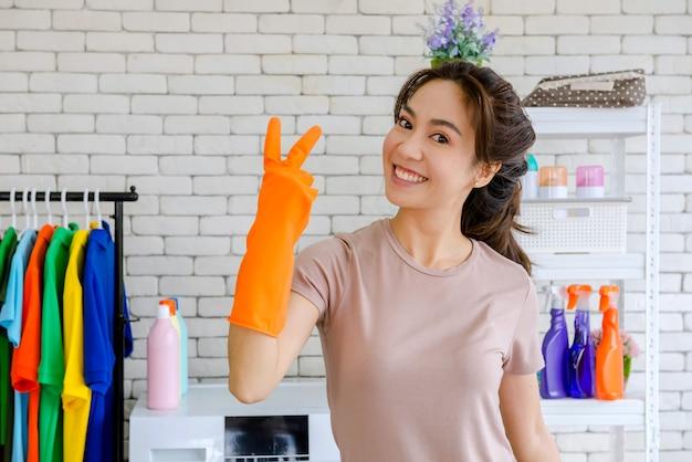 Nouvelle Femme De Chambre Se Battre Pour Nettoyer La Maison Photo Premium