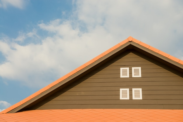 Nouvelle maison de brique avec cheminée modulaire, tuile de toit en métal enduit de pierre, fenêtres en plastique et gouttière de pluie Photo gratuit