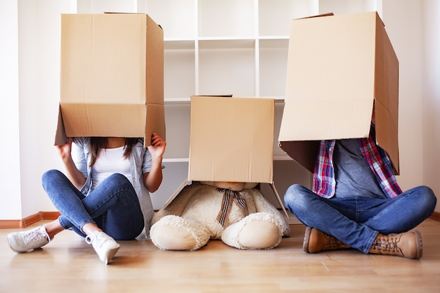 Nouvelle maison. drôle jeune couple profiter et célébrer le déménagement dans une nouvelle maison. couple heureux dans une pièce vide de la nouvelle maison Photo Premium