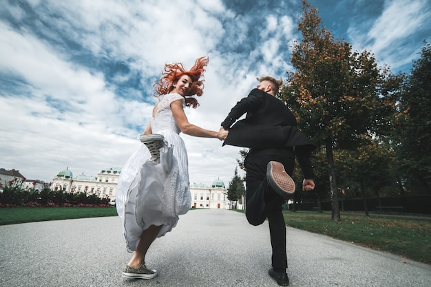 Nouvellement couple marié en cours d'exécution Photo gratuit