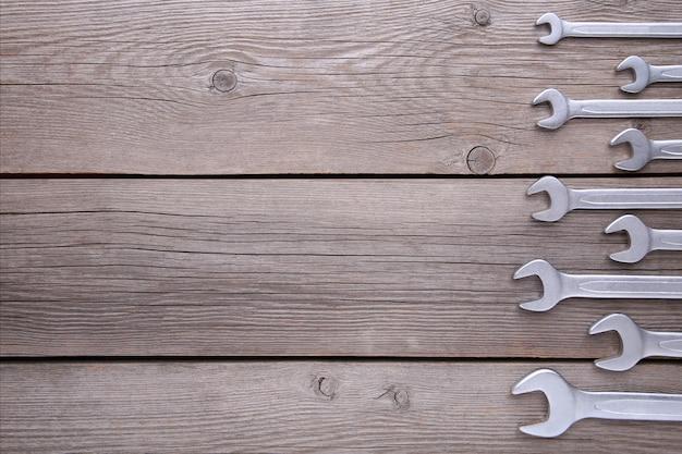 Nouvelles clés à réparer sur fond gris, espace copie Photo Premium