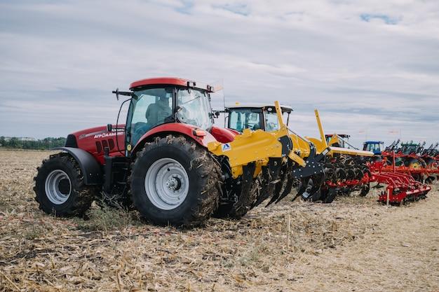 De Nouvelles Machines Agricoles, Des Tracteurs En Mouvement Sur Un Site De Démonstration Lors D'une Exposition Agro Photo Premium