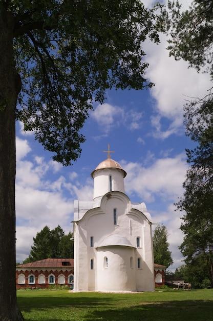 Novgorod, russie, monastère de perynski, l'église de la nativité de la bienheureuse marie. Photo Premium