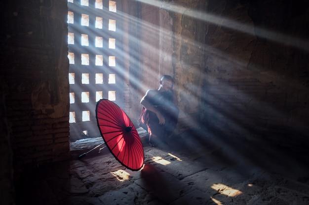 Novice bouddhiste birman à la pagode, au myanmar Photo Premium