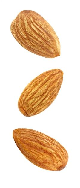 Noyau d'amande noix trois ensemble flambée, chute, vol isolé Photo Premium