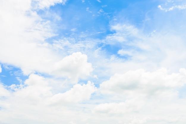 Nuage blanc sur fond de ciel bleu Photo gratuit