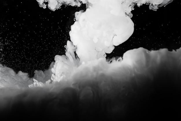 Nuage blanc avec un fond noir Photo gratuit