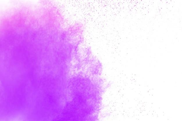Nuage d'explosion de poudre de couleur pourpre sur fond blanc. Photo Premium
