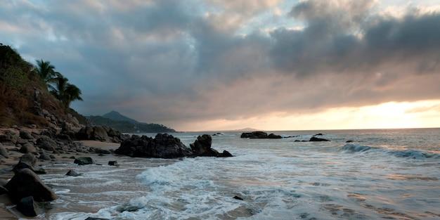 Nuages au-dessus de la mer, sayulita, nayarit, mexique Photo Premium