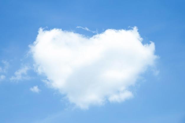 Nuages blancs en forme de coeur sur ciel bleu Photo Premium