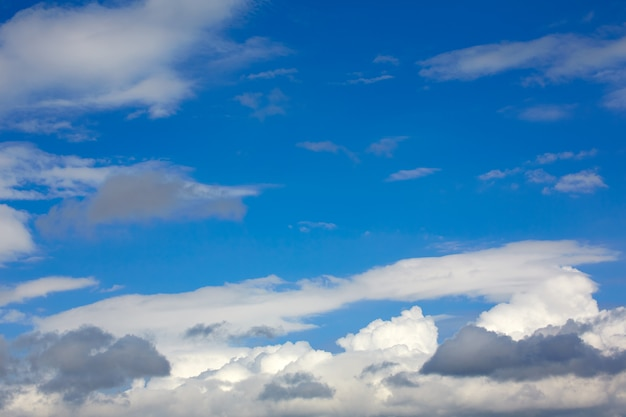 Nuages bleu ciel ensoleillé Photo Premium