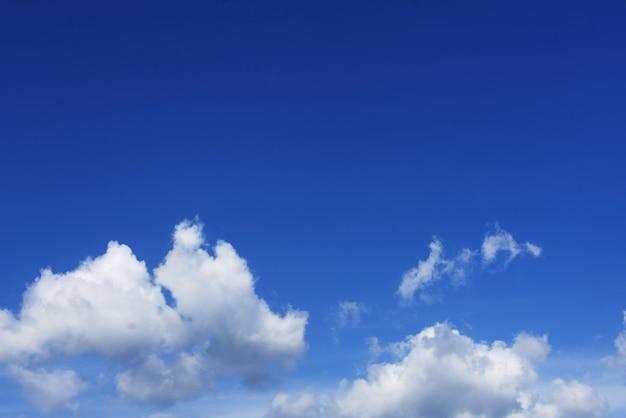 Nuages avec ciel bleu Photo Premium