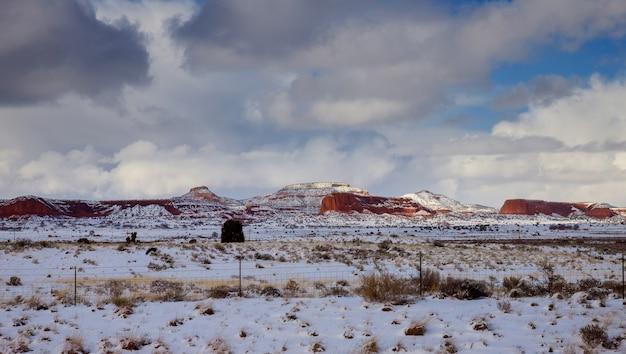 Nuages dans un ciel au-dessus d'un rocher de montagne au nouveau-mexique Photo Premium