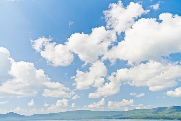 Nuages dans le ciel bleu Photo gratuit