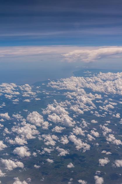 Nuages Dans La Fenêtre De L'avion Se Bouchent Photo Premium