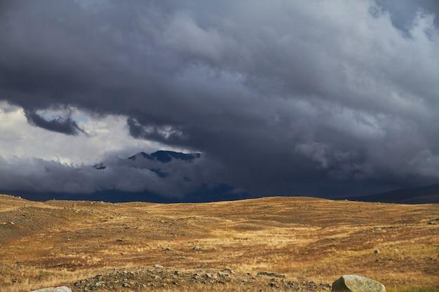 Nuages Sur Les Espaces Ouverts De La Steppe, Nuages D'orage Sur Les Collines. Photo Premium