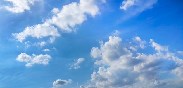 Nuages sur fond de ciel bleu Photo gratuit