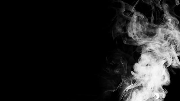 Nuages de fumée blanche sur fond noir avec espace de copie pour l'écriture du texte Photo gratuit