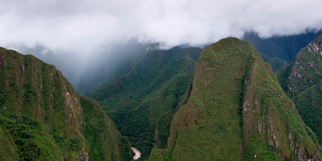 Nuages sur les montagnes de la cité perdue des incas, machu picchu, région de cuzco, pérou Photo Premium