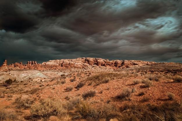Nuages D'orage Dramatiques Sur Les Arches National Park, Utah Usa Photo Premium