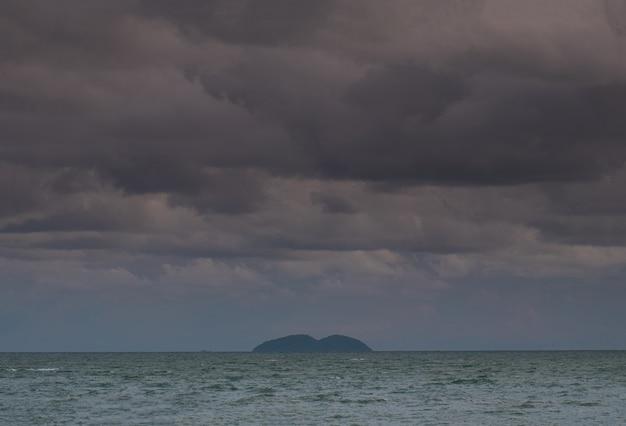 Nuages de pluie dans la mer. Photo Premium