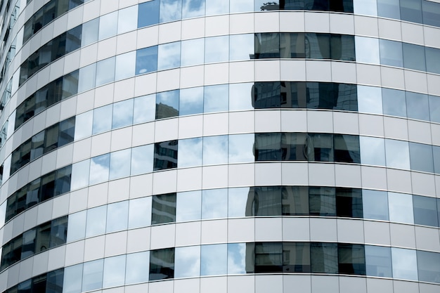 Nuages Reflétés Dans Les Fenêtres De L'immeuble De Bureaux Moderne. Photo Premium