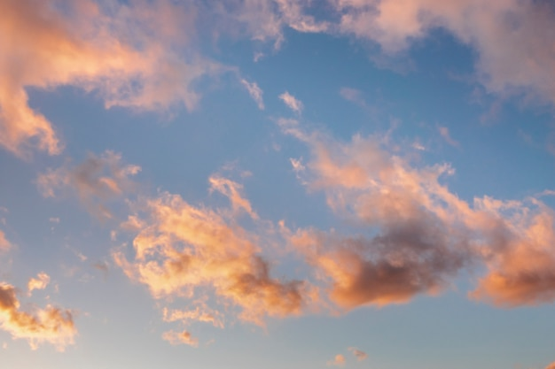 Nuages roses au coucher du soleil Photo gratuit