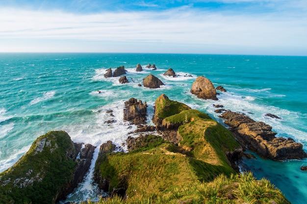 Nugget Point, Falaises Rocheuses Et Bel Océan Photo Premium