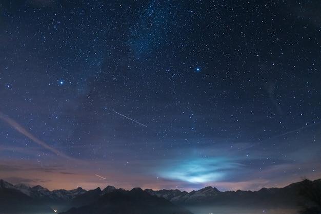 Nuit Sur Les Alpes Sous Le Ciel étoilé Et Au Clair De Lune Photo Premium