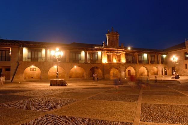 Nuit à la cathédrale de santo domingo de la calzada, la rioja, espagne Photo Premium