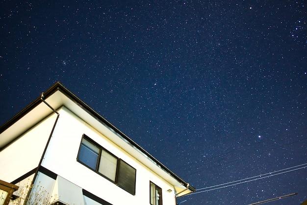 Nuit étoilée chez l'habitant à matsumoto, japon Photo Premium