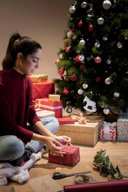 La Nuit Pour Emballer Les Cadeaux De Noël Photo gratuit