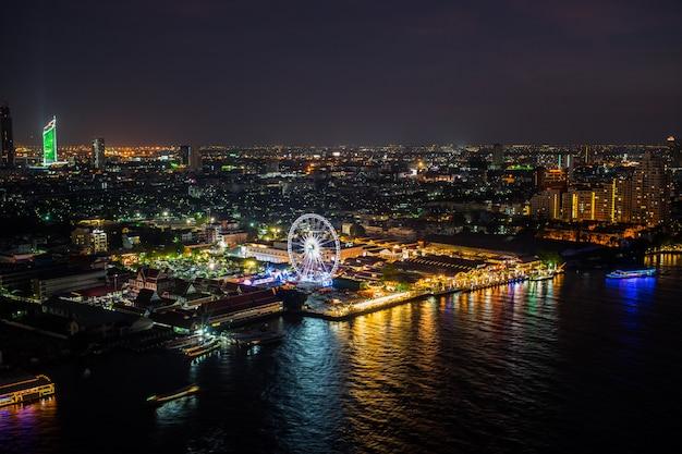 Nuit En Ville à Bangkok Et Vue Sur La Rivière Chao Phraya Et Grande Roue à Bangkok Photo Premium